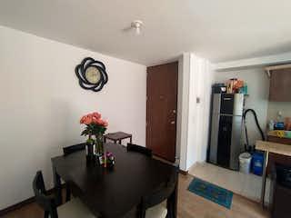 Una sala de estar llena de muebles y un jarrón de flores en Apartamento en venta en Casco Urbano Zipaquirá, de 58mtrs2