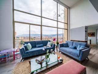 Una sala de estar llena de muebles y una gran ventana en Apartamento en venta en Spring de 3 alcoba