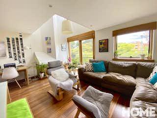Una sala de estar llena de muebles y una gran ventana en MODERNO APTO DUPLEX REMODELADO DE 2 HABS-VENTA-Cll 109 Cra 21- SAN PATRICIO
