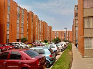 Una fila de coches estacionados delante de un edificio en VENTA - Apartamento Bosa San José