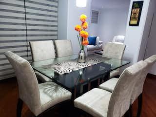 Un hombre sentado en un sofá en una sala de estar en Apartamento en Venta SANTA BIBIANA