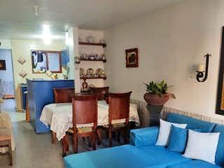 Una sala de estar llena de muebles y una mesa en Casa en venta en Cabañitas de 96mts