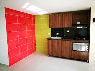 Un cuarto de baño con lavabo y un espejo en Apartamento en venta en Madera de tres habitaciones