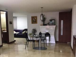Una cocina con una mesa y sillas en ella en Apartamento en venta en Barrio Laureles de tres habitaciones