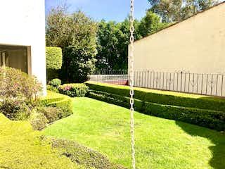 Una vista de un jardín con un montón de flores en Excelente  casa en venta Jardines en la Montaña Tlalpan Cdmx