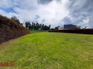Una vista de un campo con un edificio en el fondo en Serrania