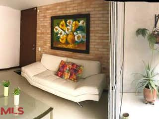 Una sala de estar llena de muebles y una pintura en Bosqueadentro