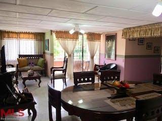 Una sala de estar llena de muebles y una ventana en Alamos 1