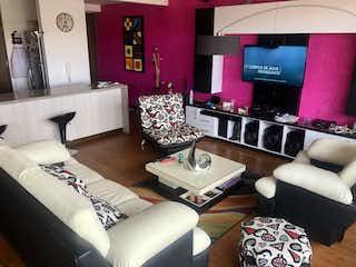 Una sala de estar llena de muebles y una gran ventana en Se Vende Apartamento en Colina Campestre