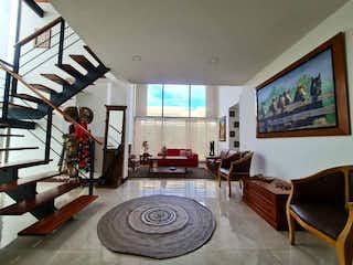 Una sala de estar llena de muebles y una gran ventana en Casa en venta en Cajicá de 500mts