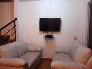 Una sala de estar llena de muebles y una televisión de pantalla plana en Casa en venta en Casco Urbano San Jerónimo, de 97mtrs2