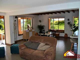 Una sala de estar llena de muebles y una ventana en CONDOMINIO LA CLARITA