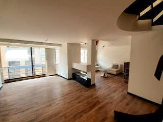Una sala de estar llena de muebles y un suelo de madera dura en Apto Chicó Navarra 101 MG