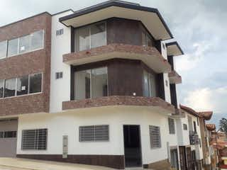 Un edificio con un reloj en la parte superior en Apartamento en venta en Casco Urbano El Carmen De Viboral de 2 hab.