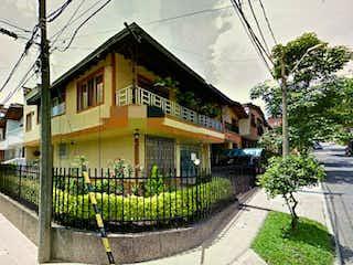 Un gran edificio con un reloj en él en Casa en venta de 3 pisos Envigado C.3117728