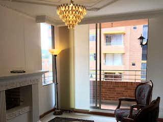 Una sala de estar llena de muebles y una chimenea en HERMOSO APTO 90M2 DOBLE BALCON 3 HAB - MAZUREN