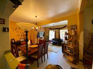 Una sala de estar llena de muebles y una lámpara de araña en Departamento en venta en Juárez, 97m²