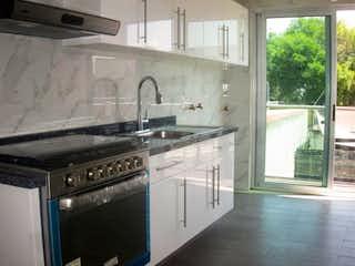 Una cocina con una estufa y un fregadero en Departamento en venta en Narvarte, 69m²