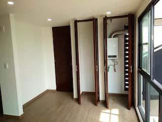 Un cuarto de baño con una puerta de ducha de cristal en Departamento en venta en Portales de 2 alcobas
