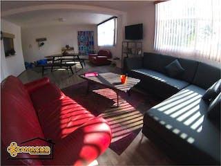 Una sala de estar llena de muebles y una televisión de pantalla plana en Departamento en venta en Nápoles 98m²