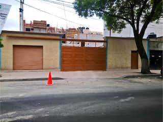 Una boca de incendios roja en una calle de la ciudad en Casa en venta en Anáhuac de 3 hab.
