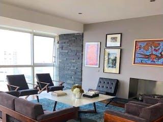Una sala de estar llena de muebles y una televisión de pantalla plana en Departamento en venta en Bosques de las Lomas, de 250mtrs2