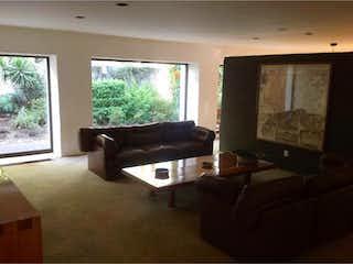 Una sala de estar llena de muebles y una ventana en Casa en Venta en Lomas de Chapultepec Miguel Hidalgo