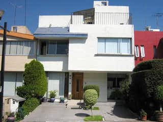 Un edificio con un reloj en el costado en Casa en venta en Santa úrsula Coapa, 160m² con Jardín...