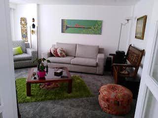 Una sala de estar llena de muebles y una chimenea en Edificio 20 50