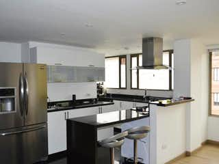 Una cocina con nevera y fregadero en Edificio Cl 96