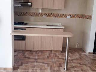 Un cuarto de baño con suelo de baldosa y un lavabo en Apartamento en venta en San Juan 70m²