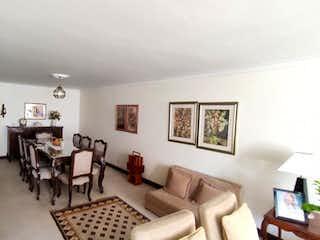 Una sala de estar llena de muebles y una televisión de pantalla plana en Apartamento Venta Medellín  Conquistadores P.2 C.3420452