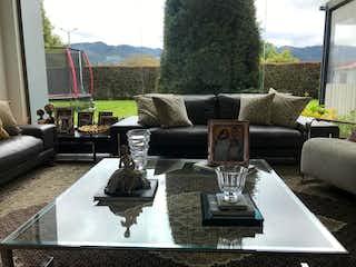 Una sala de estar llena de muebles y una chimenea en Casa En Venta En Bogotá Guaymaral