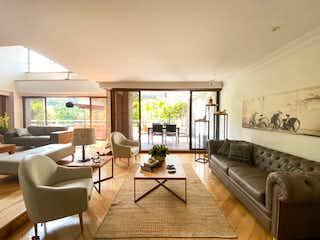 Una sala de estar llena de muebles y una gran ventana en Apartamento en venta en Los Balsos, 412m² con Balcón...
