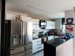 Una cocina con nevera y fregadero en Apartamento en venta en Conquistadores de 102m² con Gimnasio...