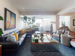 Una sala de estar llena de muebles y una televisión de pantalla plana en Departamento en venta de 266 mts, en Bosques de las Lomas de 3 recámaras