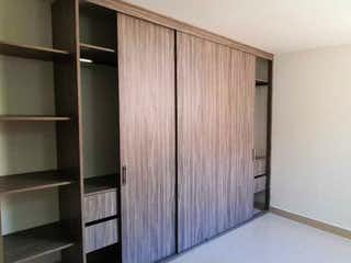 Un cuarto de baño con un inodoro y una ducha en Apartamento en venta en Andalucía de dos habitaciones