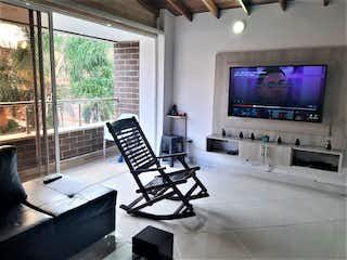 Una sala de estar llena de muebles y una televisión de pantalla plana en Apartamento en venta en Mesa con Balcón...