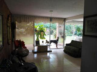 Una sala de estar llena de muebles y una chimenea en Casa en venta en Suramérica, 356mt de dos niveles