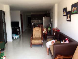 Una sala de estar llena de muebles y una televisión de pantalla plana en Apartamento en venta en Cabañitas, 98mt con balcon