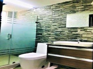 Un cuarto de baño con un inodoro y una ducha en Casa en venta en Del Valle 108m²