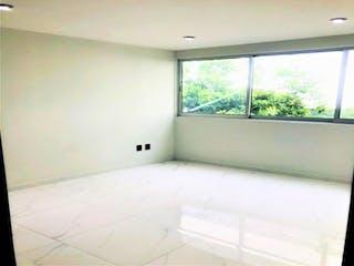 Un cuarto de baño con una bañera y una ventana en Casa en venta en Del Valle de 105m²