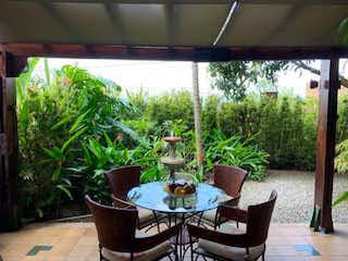 Una planta en maceta sentada sobre una mesa fuera en Venta Casa Los Balsos - El Poblado