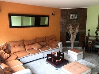 Una sala de estar llena de muebles y una chimenea en Casa En Arriendo/venta En Tabio Portal De Tabío