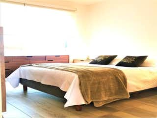 Una cama sentada en un dormitorio junto a una ventana en Departamento en venta en Cuauhtémoc Pensil con Gimnasio...