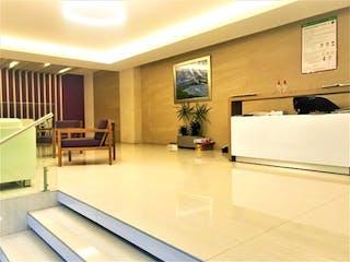 Una sala de estar llena de muebles y una televisión de pantalla plana en Casa en venta en Juárez de 2 recámaras