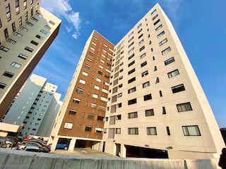 Un edificio alto sentado al lado de un edificio alto en BONITO DEPARTAMENTO EN CUAJIMALPA