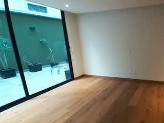 Una cocina con suelo de madera y paredes blancas en AMPLIO CON TERRAZA Y BALCÓN