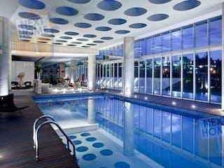 Una gran piscina llena de muchos muebles en Departamento en venta en Lomas De Vista Hermosa de 340m² con Gimnasio...