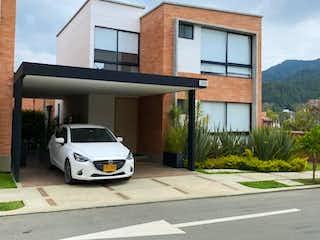 Un coche estacionado delante de un edificio en 103726 - Venta Casa moderna El Retiro , Antioquia,